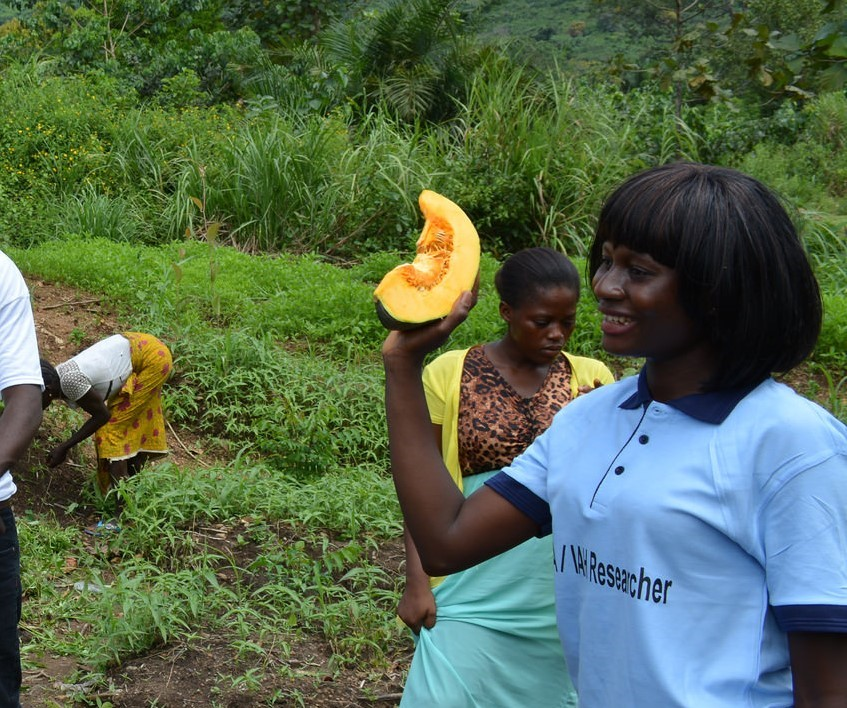 Yeanoh teaches a group of students about vegetable production in Tonkolili district, Sierra Leone.